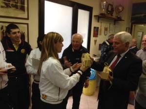 Selene Perseu consegna le confezioni di pasta di cappero selargino al presidente Giuseppe Tiana nell'ultima  al Circolo Amsicora